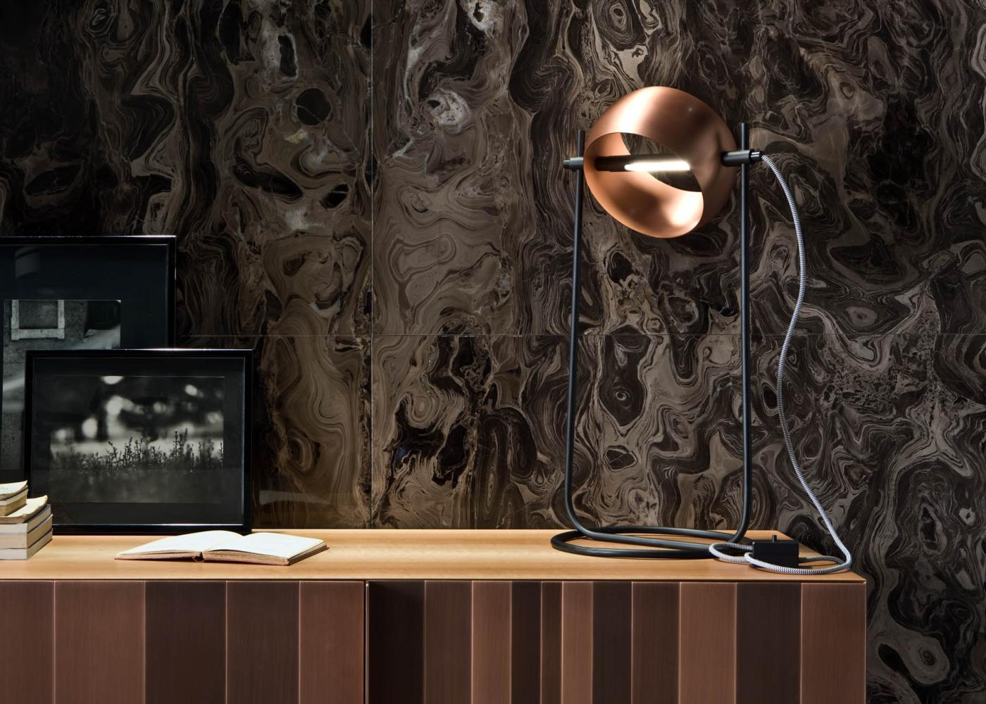 Globe da Tavolo is a table lamp with LED strip and lampshade in copper