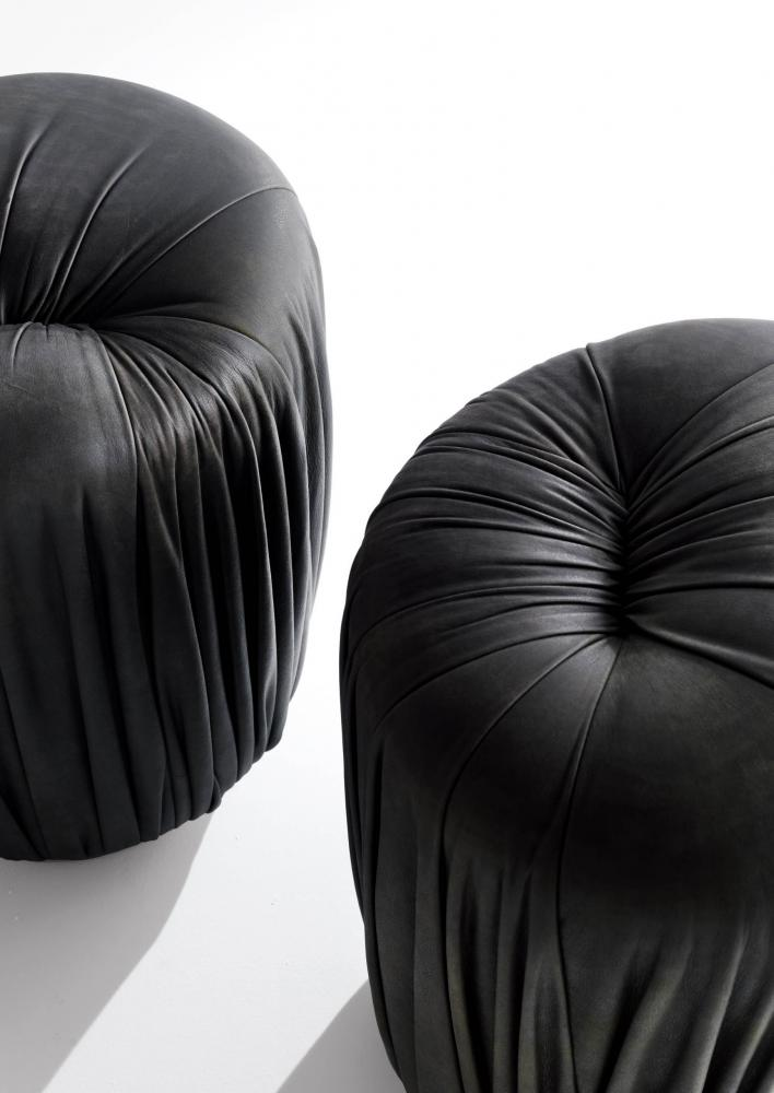 laurameroni black leather pouff with pleats