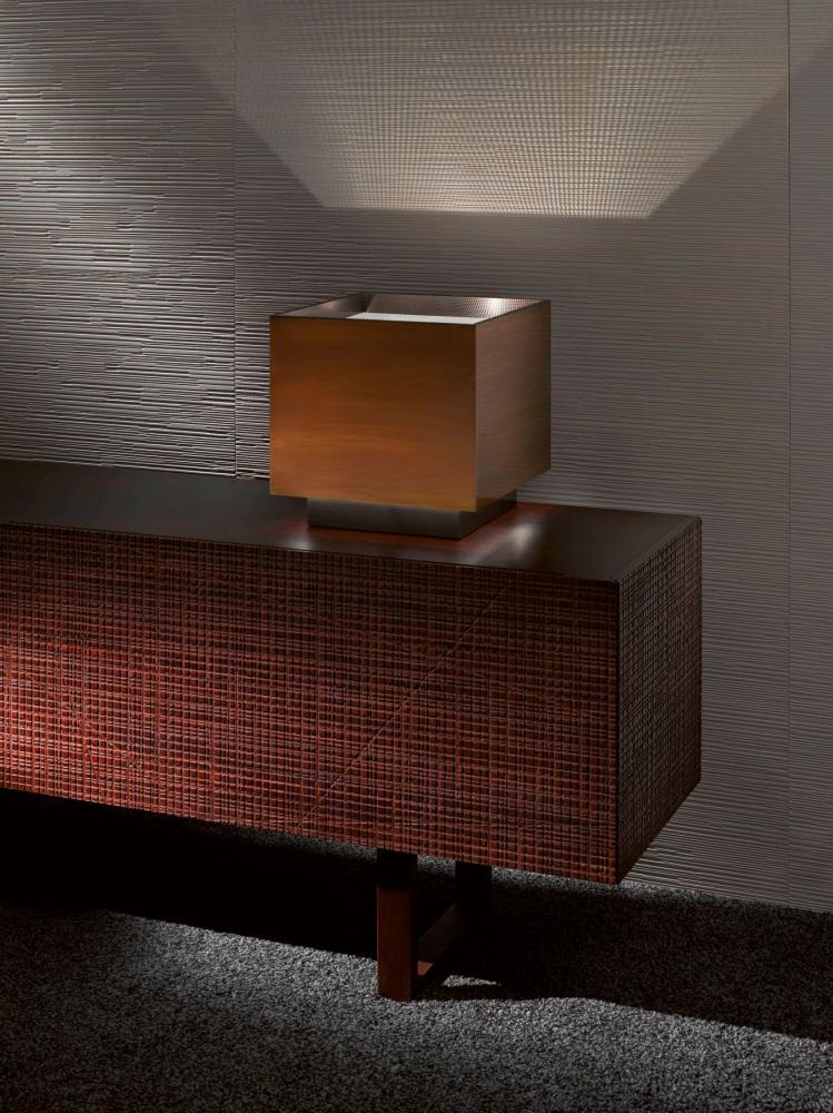 Light Cube MA 25 is a table lamp with structure in burnished brass
