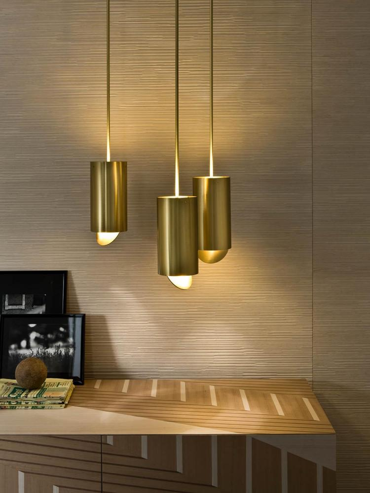 Tubo Sospensione MF 40 is an hanging lamp with structure in satin brass