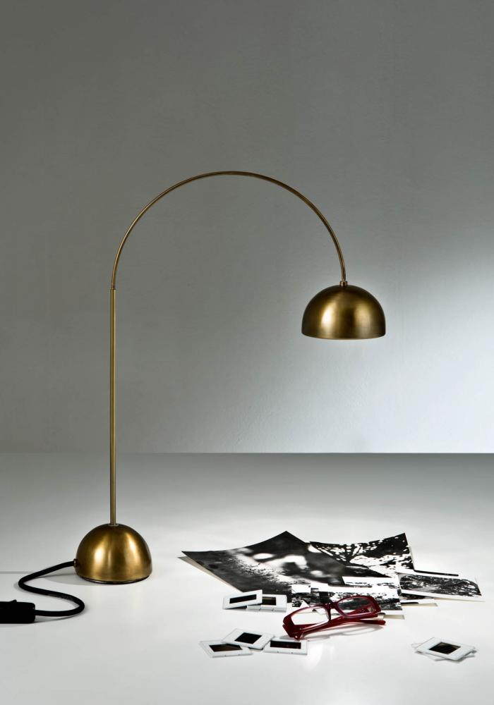 Table lamp with arc structure in burnished brass