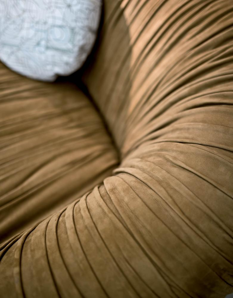Drapè Sofa is a leather or velvet luxuxy sofa with pleats