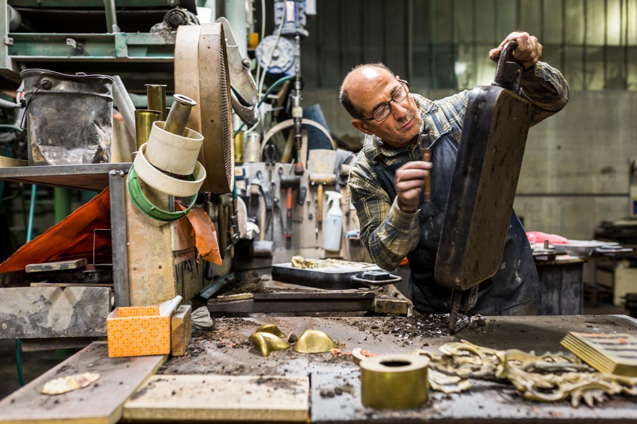Artisan working at metals Laurameroni made in italy luxury furniture
